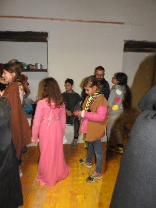 bambini con costumi di scena