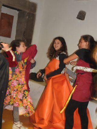 Bambine vestite con costumi di scena