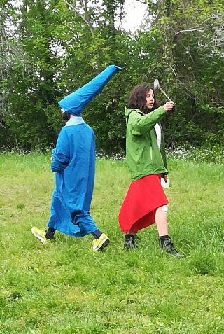 Merlino e Maga Magò sono schiena contro schiena, pronti a duellare tra di loro